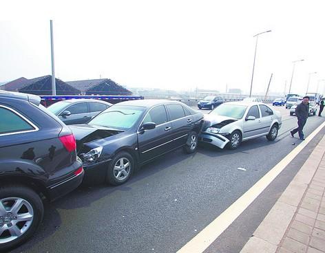 没有保持安全车距,急刹后引发的事故