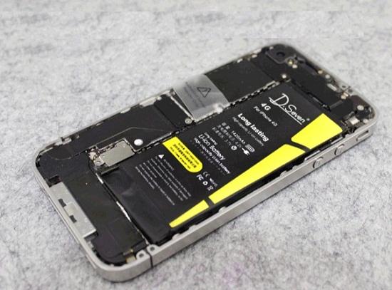 正在换电池的iphone4s