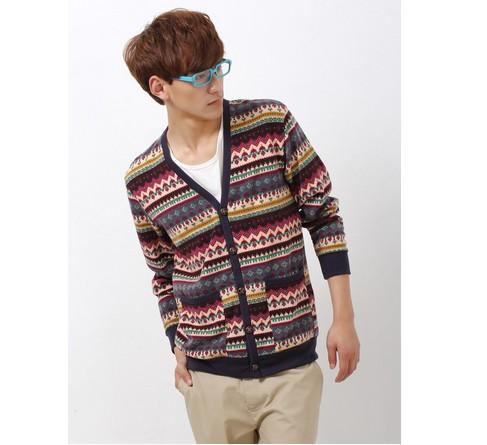 风格活泼的男士V领毛衣