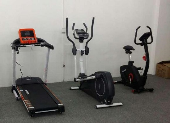 从左到右依次为:跑步机、椭圆机和动感单车
