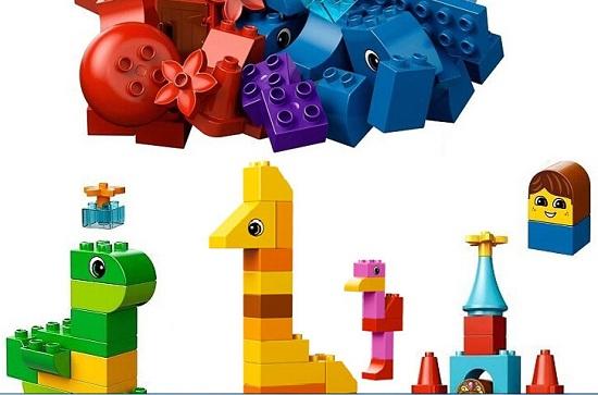 用乐高积木拼插起来的玩具