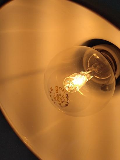 点亮的欧司朗卤素灯泡