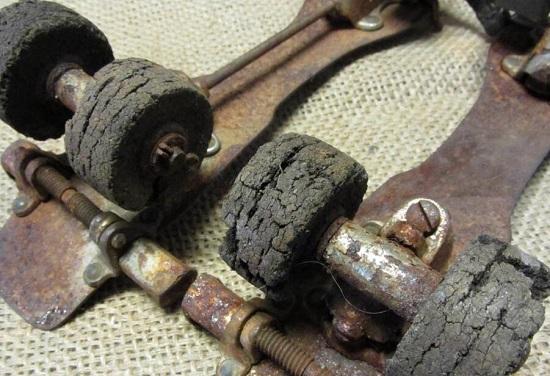 锈迹斑斑的老式旱冰鞋