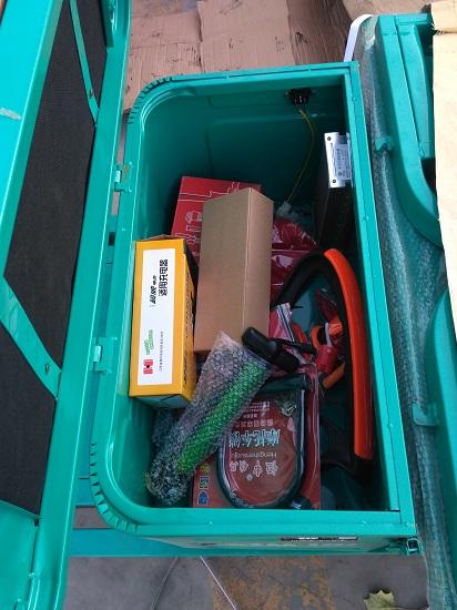 电动三轮车的工具箱和赠品