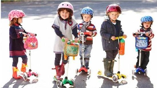宝宝和滑板车