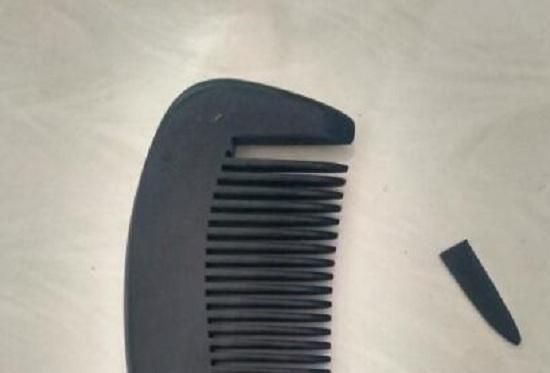 一把断齿的梳子