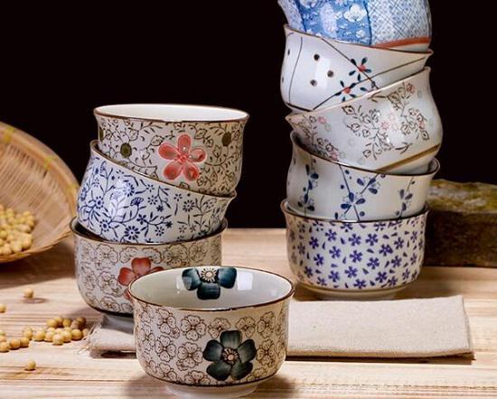 各种花色的陶瓷碗
