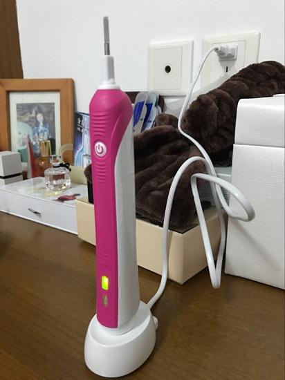 充电中的欧乐B的P600电动牙刷