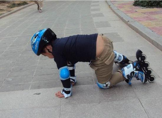 轮滑的摔倒姿势