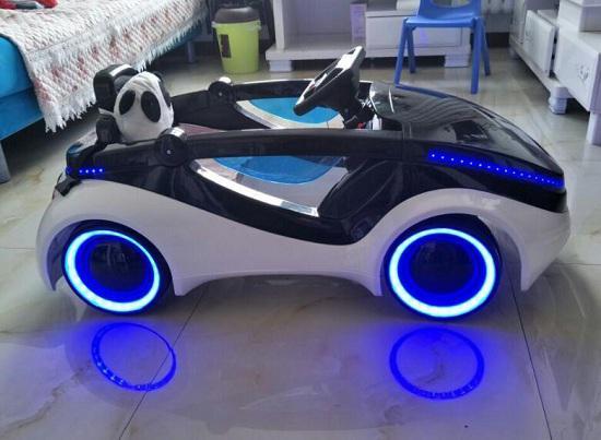 灯光绚酷的儿童电动车