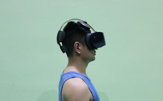 爱奇艺VR奇遇一体机佩戴效果