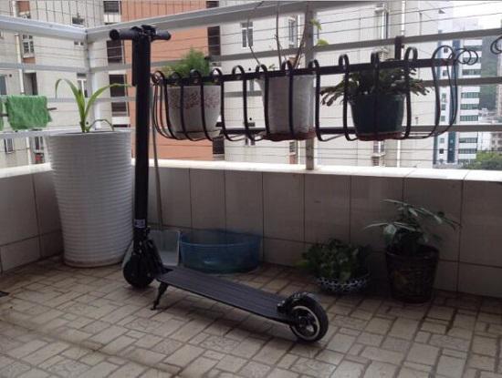阳台上的jasion电动滑板车