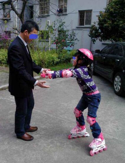 儿童轮滑入门之扶杆练习