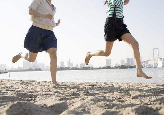 在沙滩上跑步