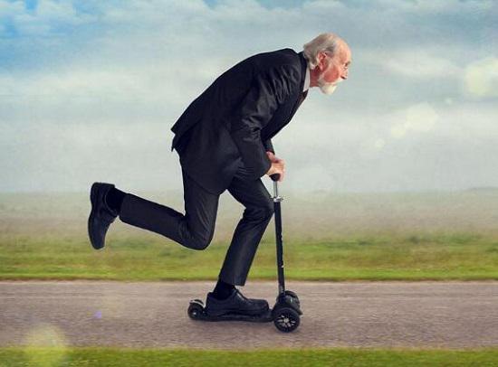 老人与滑板车
