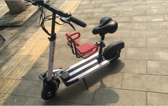 装有宝宝椅的电动滑板车