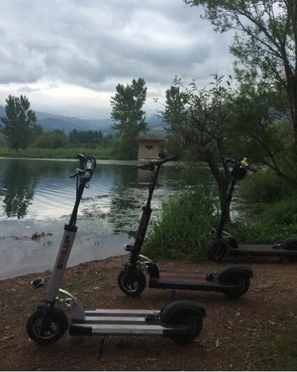 效外的电动滑板车
