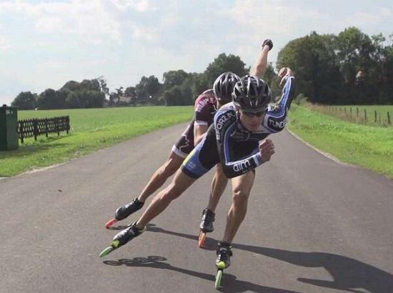 专业运动员在滑行过程中进行重心切换