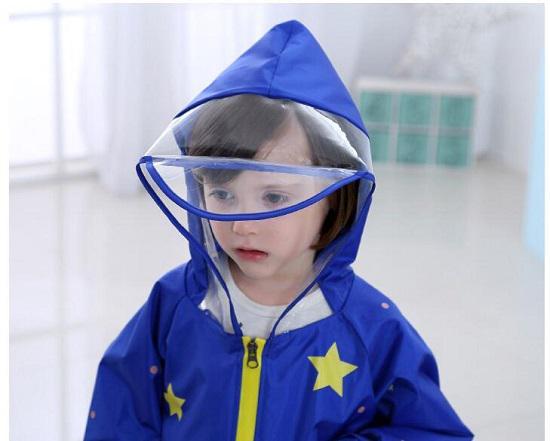 带有大帽檐的儿童雨衣