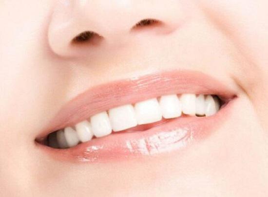 洁白靓丽的牙齿