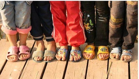 穿拖鞋的孩子们