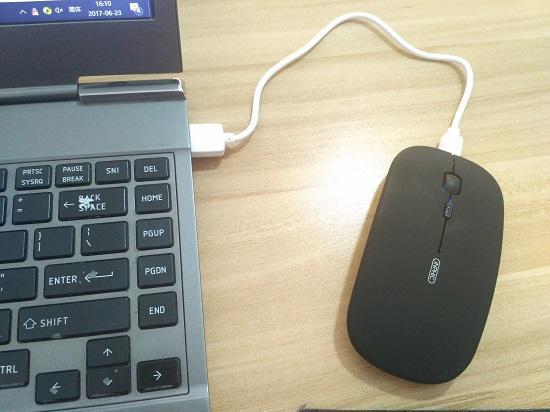 充电中的英菲克无线鼠标