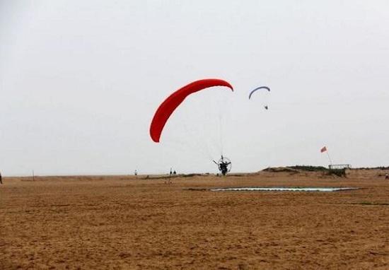 金沙滩上的滑翔机游乐项目