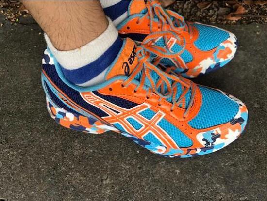 外观怪异的亚瑟士(ASICS)跑步鞋