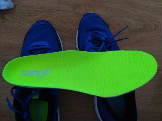 宽大的半包围、立体式鞋垫