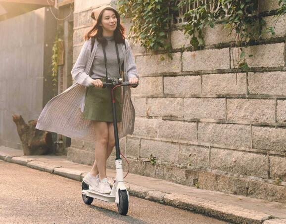 街头的电动滑板车