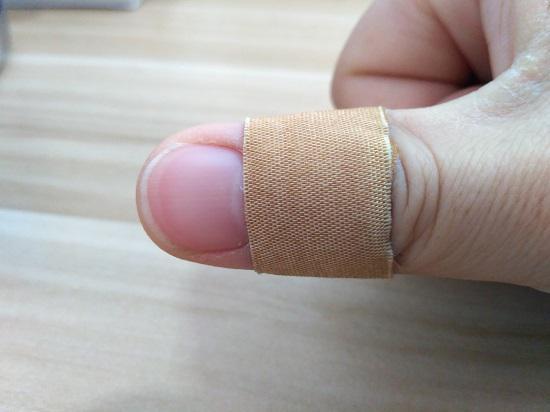用创可贴包裹手指伤