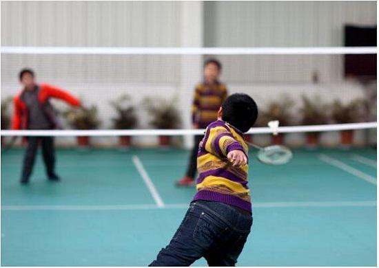 孩子几岁学羽毛球好