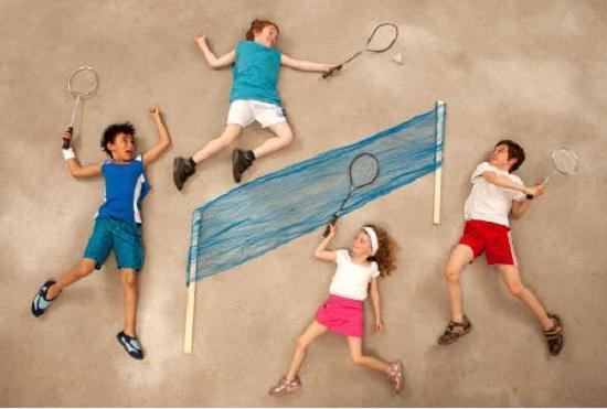 打羽毛球的孩子