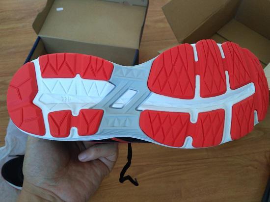 亚瑟士GT-1000儿童跑步鞋的鞋底