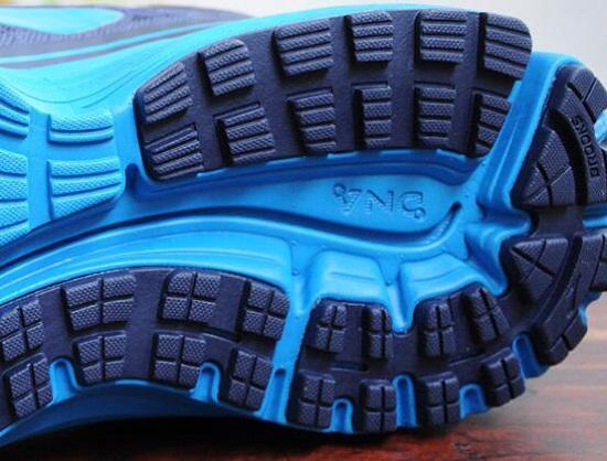 布鲁克斯跑步鞋的外底和中底