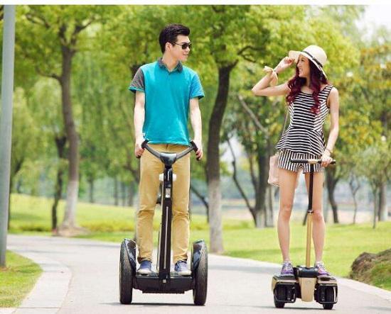在马路上骑电动平衡车