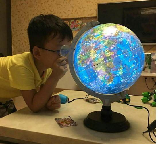亮灯后的地球仪