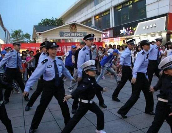 舞动的警察