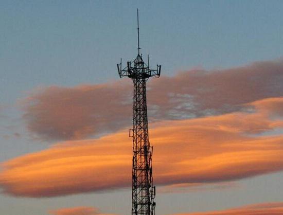 远处的信号塔