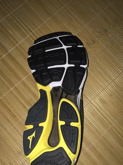 美津浓WAVE ULTIMA跑步鞋的鞋底