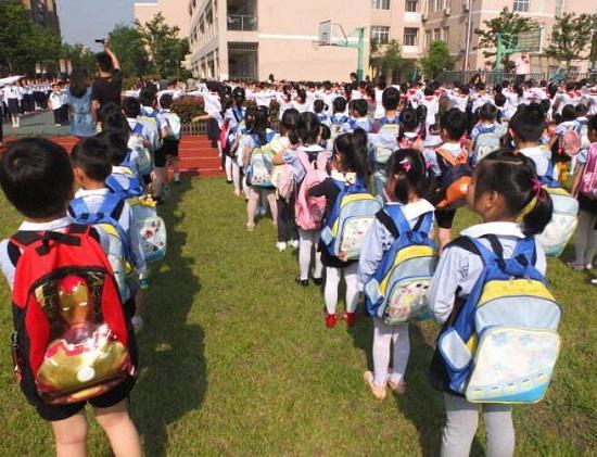 上学途中的孩子