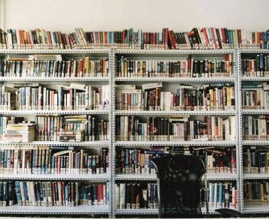 凌乱的书架
