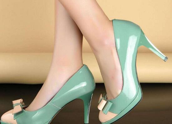 卡脚的高跟鞋