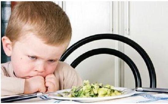 """如何应对孩子的""""吃饭困难症"""""""