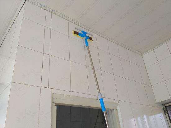 擦厨房瓷砖