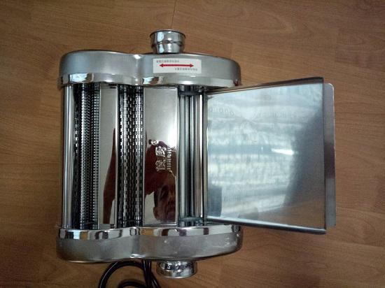 """电动面条机的两个旋钮(图片上方那个用于切换""""压面""""和""""切面""""功能)"""