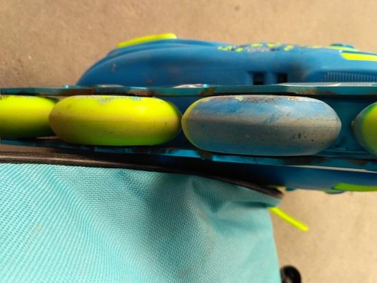 轮子两侧的磨损程度不同