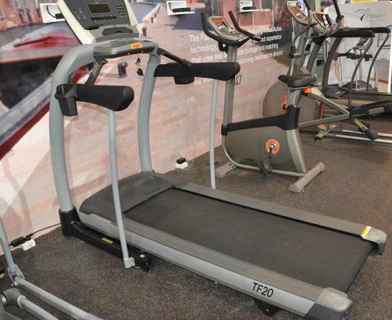 健身房里的各式运动器械