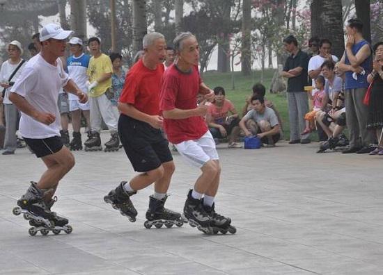 参加轮滑运动的老年人