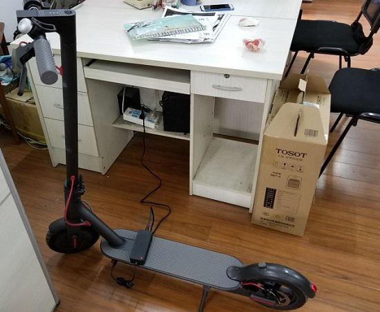 充电中的小米电动滑板车